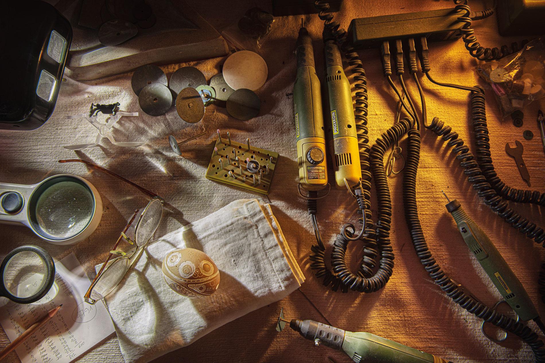 Delovna miza mojstra Franca Groma danes sameva v kotu dnevne sobe. Odkar je leta 2015 umrl, nihče ne nadaljuje njegovega mojstrskega okraševanja jajc z vrtalnim strojem in velikim smislom za kompozicijo ornamentov. Za vrtanje je uporabljal številne svedre.