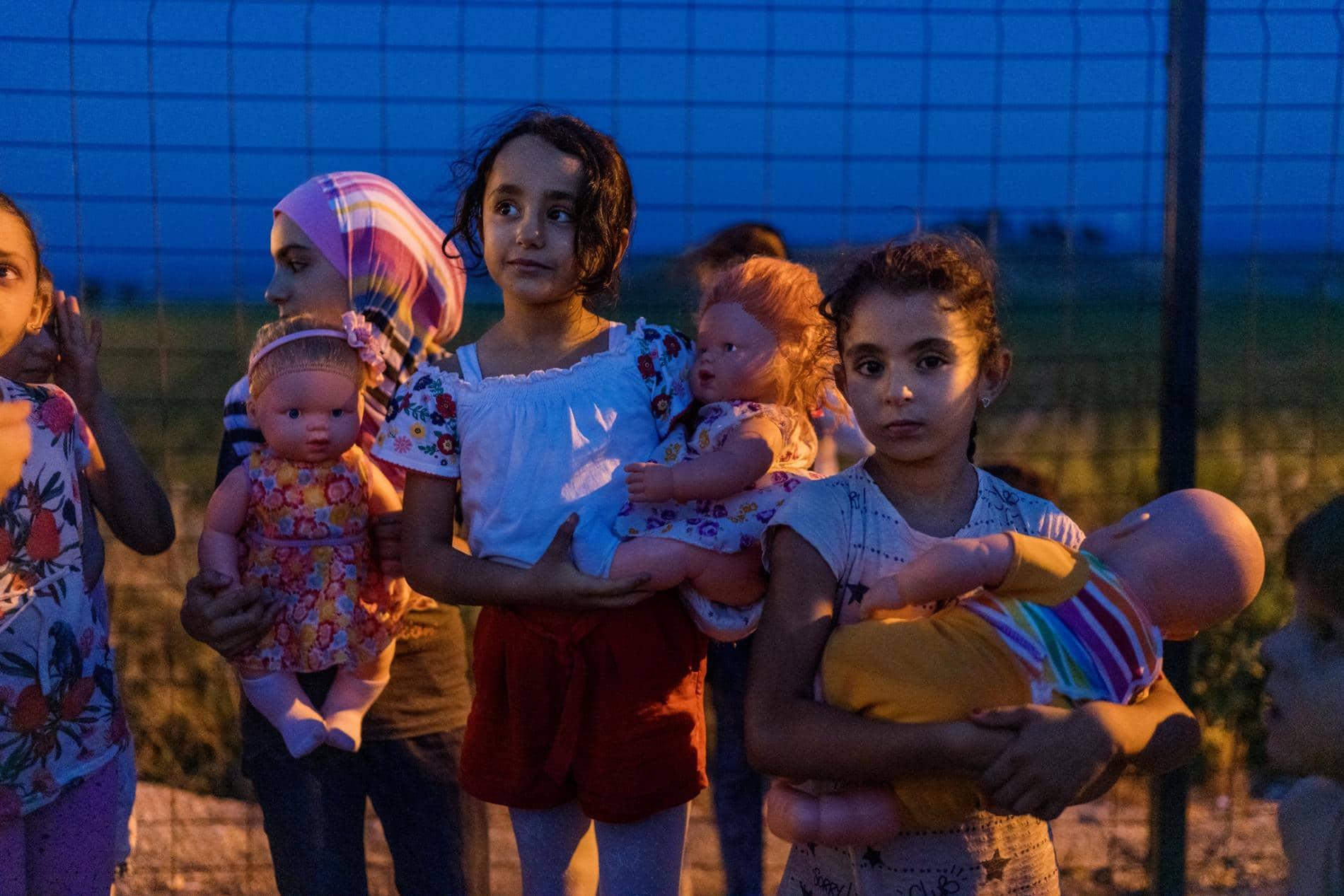 TURČIJASirske deklice v begun-skem taborišču Boynuyo-gun v provinci Hatay se pred spanjem igrajo s punčkami. Podnevi je  zunaj prevroče za igro, zato gredo popoldne počivat in odidejo na igrišče zvečer.